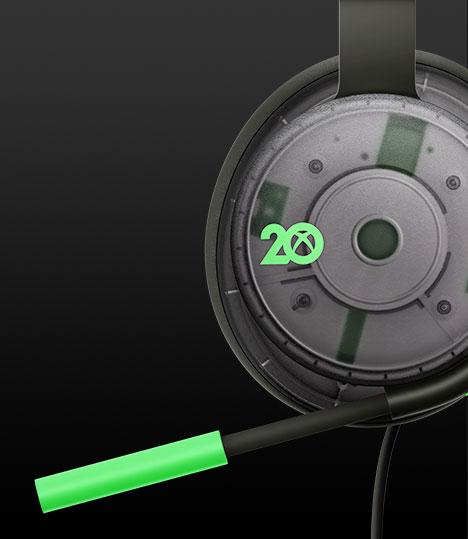 A 20th Anniversary Special Edition kiadású Xbox sztereó headset visszahajtható mikrofonjának közeli képe