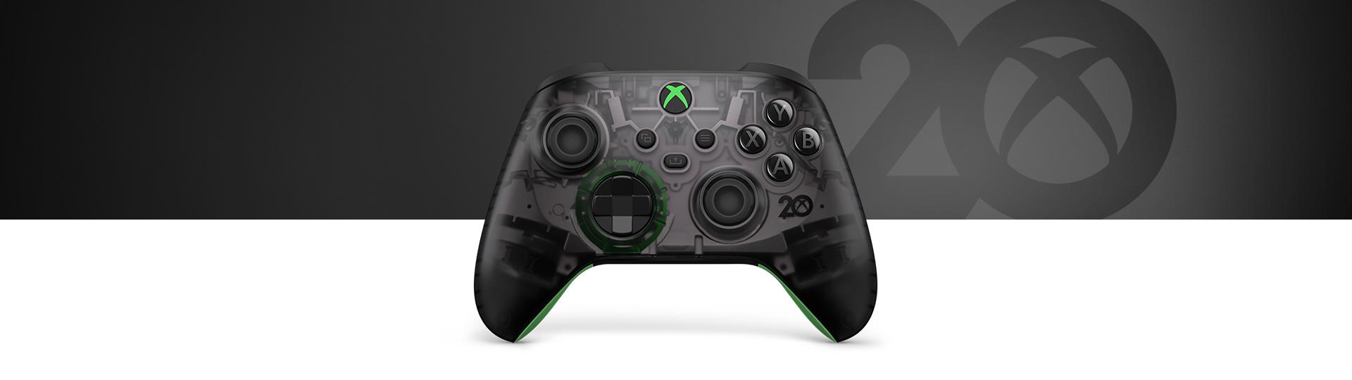 Беспроводной геймад Xbox из особой серии к 20-летней годовщине на сером фоне с цифрой 20