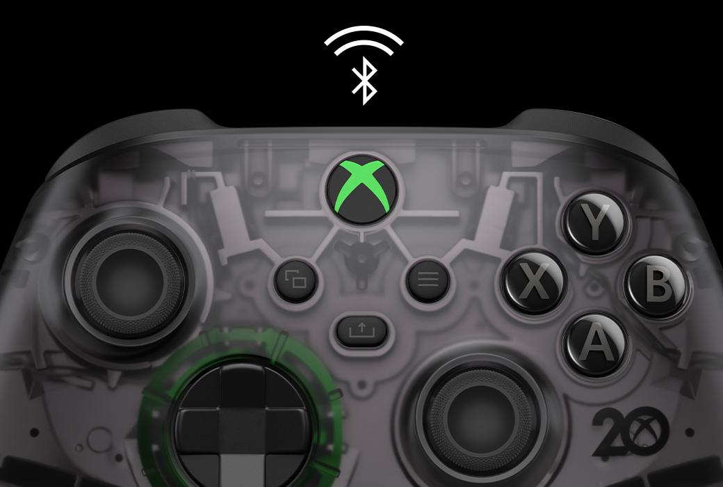 Крупный план беспроводного геймпада Xbox из особой серии к 20-летней годовщине со значком Bluetooth