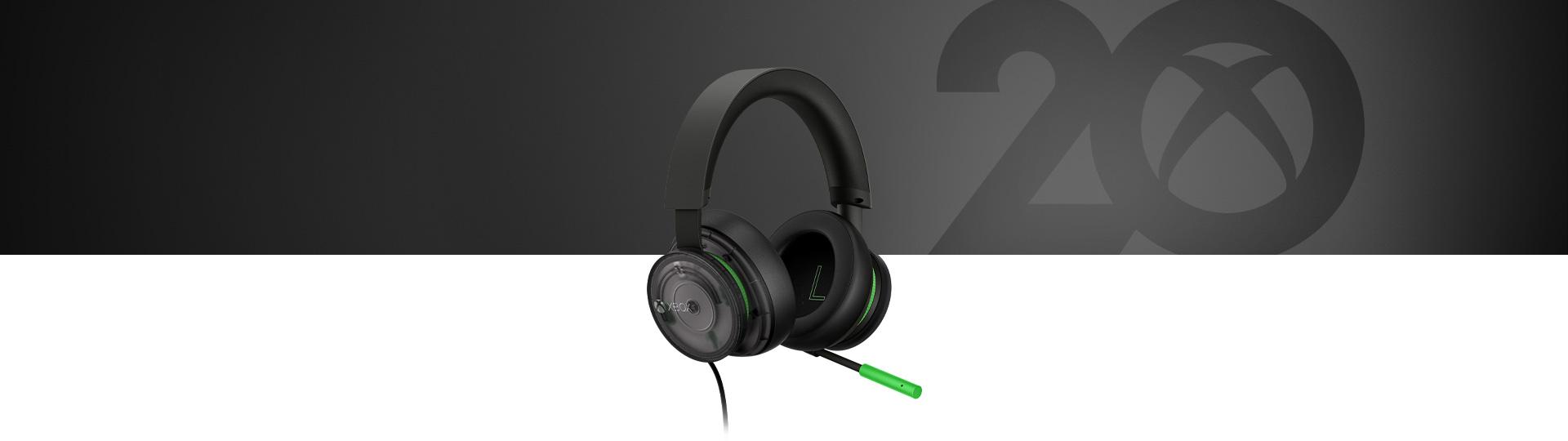 20th Anniversary Special Edition kiadású Xbox sztereó headset a headset közeli képével a háttérben