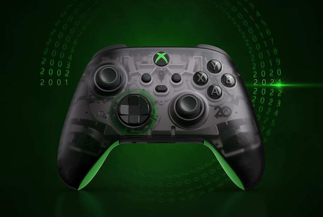 Беспроводной геймпад Xbox из особой серии к 20-летней годовщине на зеленом фоне с датами, уходящими на 20 лет в прошлое